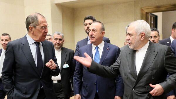 Министри спољних послова Русије, Турске и Ирана, Сергеј Лавров, Мевлут Чавушоглу и Мухамед Џавад Зариф, након састанка астанске тројке о Сирији - Sputnik Србија