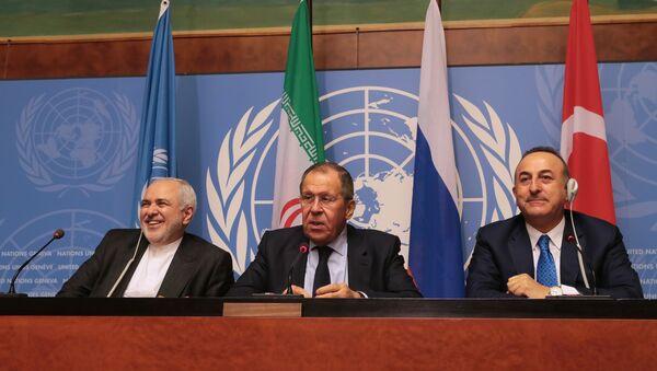 Министри спољних послова Ирана, Русије и Турске, Мухамед Џавад Зариф, Сергеј Лавров и Мевлут Чавушоглу - Sputnik Србија