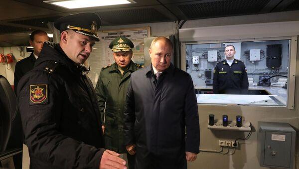 Predsednik Rusije Vladimir Putin i ministar odbrane Rusije Sergej Šojgu tokom inspekcije korvete Gremjašči - Sputnik Srbija