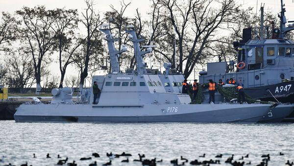 Mali oklopni artiljerijski čamac Nikopolj i tegljač Jani Kapu ukrajinske ratne mornarice u luci u Kerču - Sputnik Srbija