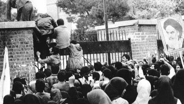 Članovi Organizacije muslimanskih studenata zauzimaju američku ambasadu u Teheranu 4. novembra 1979 godine - Sputnik Srbija