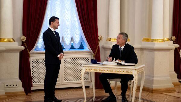 Украјински председник Владимир Зеленски и генерални секретар НАТО-са Јенс Столтенберг - Sputnik Србија