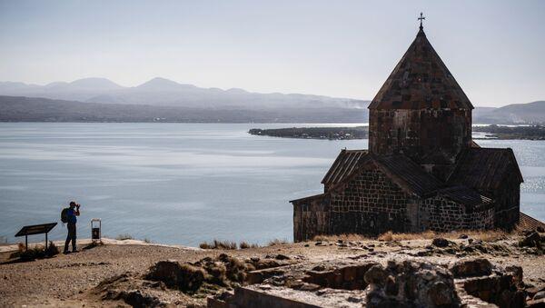 Туриста фотографише манастир Севанаванк, који се налази на северозападној обали језера Севан, у провинцији Гехаркуник у Јерменији. - Sputnik Србија