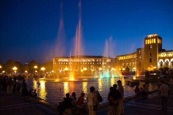Pevajuća fontana na glavnom trgu u Jerevanu. - Sputnik Srbija