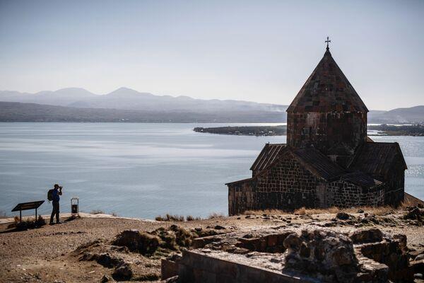 Turista fotografiše manastir Sevanavank, koji se nalazi na severozapadnoj obali jezera Sevan, u provinciji Geharkunik u Jermeniji. - Sputnik Srbija