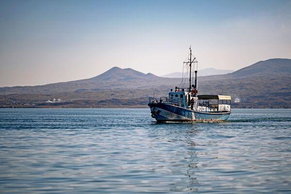 Brod na jezeru Sevan u Jermeniji. - Sputnik Srbija