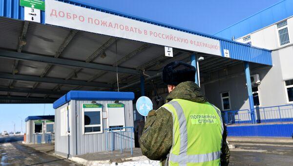 Vojnik na graničnom prelazu Bugristoje na granici Rusije i Kazahstana - Sputnik Srbija