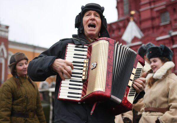 Učesnik marša u čast 78. godišnjice parade koja je održana 7. novembra 1941. godine na Crvenom trgu.  - Sputnik Srbija