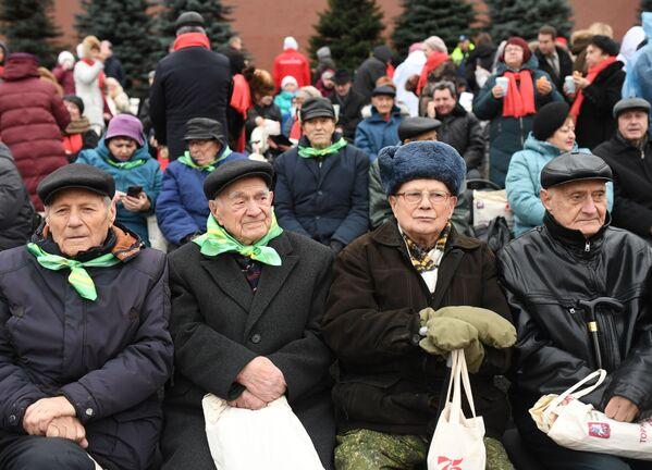 Publika posmatra marš u čast 78. godišnjice parade koji je održan 7. novembra 1941. godine na Crvenom trgu.  - Sputnik Srbija