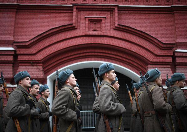 Učesnici marša u čast 78. godišnjice parade koja je održana 7. novembra 1941. godine na Crvenom trgu.  - Sputnik Srbija
