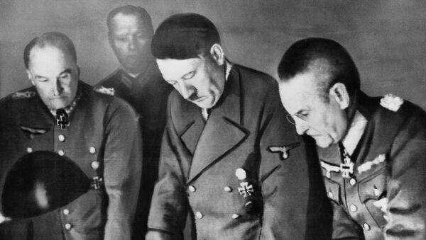 Adolf Hitler, komandant nemačke armije general feldmaršal Valte fon Brauhič i načelnik nemačke armije general-pukovnik Franc Halder u Berlinu 7. avgusta 1941. - Sputnik Srbija