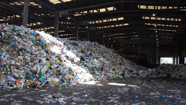 Skladište puno plastičnog otpada - Sputnik Srbija