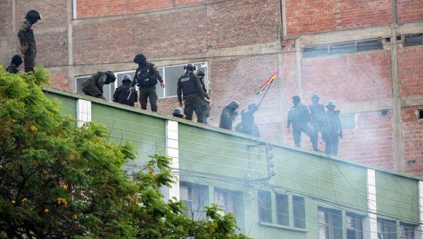 Pripadnici policije na krovu zgrade tokom protesta u Boliviji  - Sputnik Srbija
