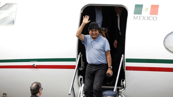 Bivši predsednik Bolivije Evo Morales nakon sletanja na aerodrom u Meksiko Sitiju - Sputnik Srbija