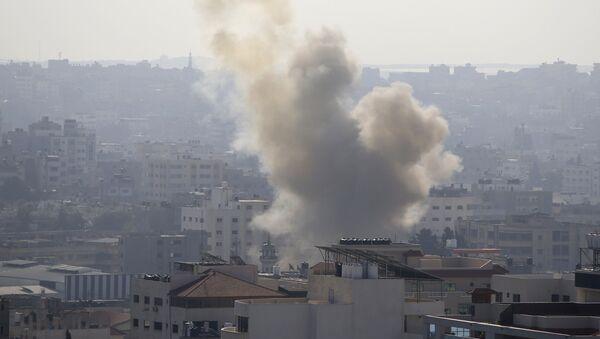 Dim u Pojasu Gaze od napada izraelske avijacije  - Sputnik Srbija