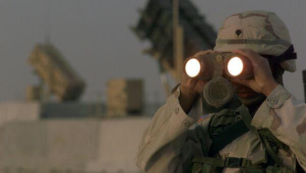 Američki vojnik u čijoj pozadini je sistem Patriot - Sputnik Srbija