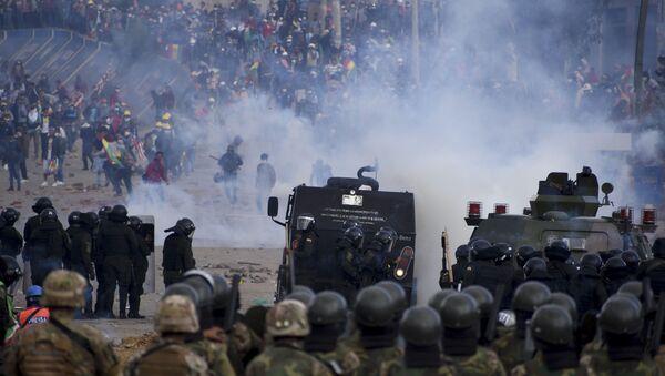 Снаге безбедности током сукоба са демонстрантима, присталицама бившег боливијског председника Ева Моралеса, у Сакаби у Боливији - Sputnik Србија