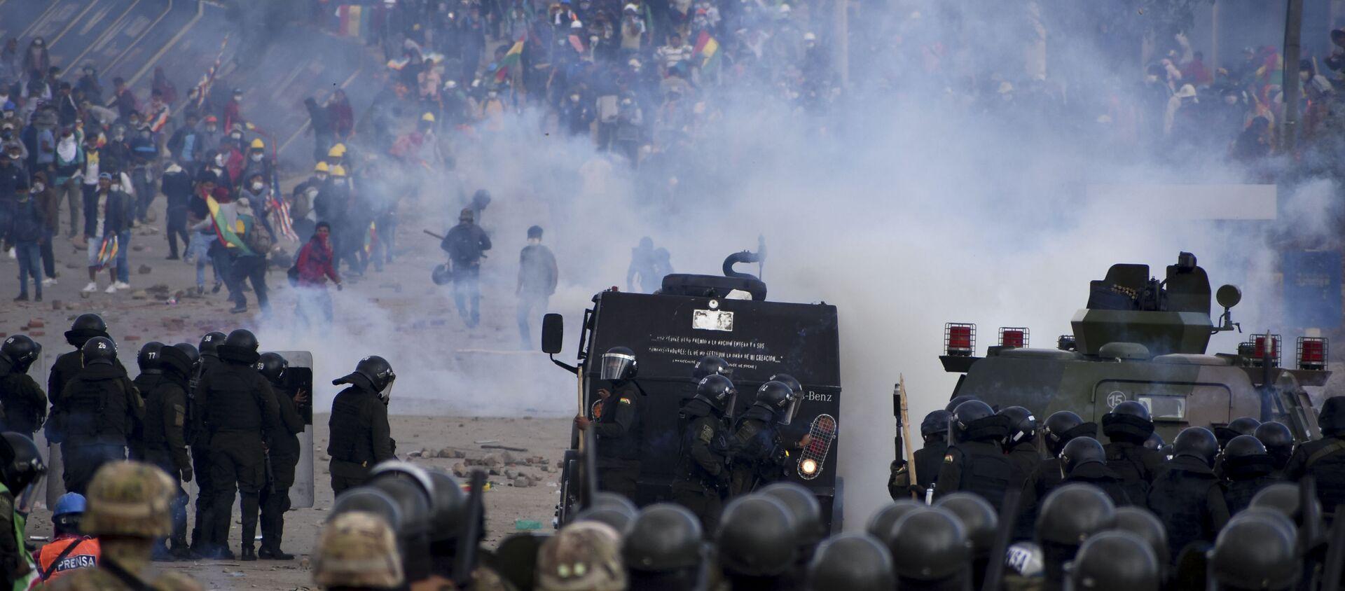 Snage bezbednosti tokom sukoba sa demonstrantima, pristalicama bivšeg bolivijskog predsednika Eva Moralesa, u Sakabi u Boliviji - Sputnik Srbija, 1920, 29.11.2019