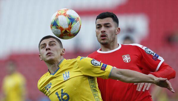 Vitalij Mikolenko i Nemanja Radonjić u duelu na utakmici između Srbije i Ukrajine - Sputnik Srbija