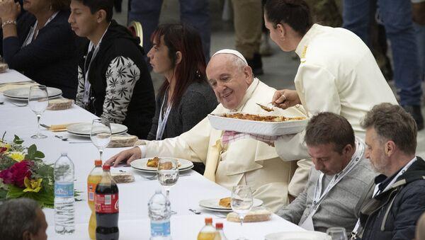 Папа Фрања на ручку са сиромашнима - Sputnik Србија
