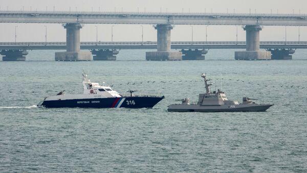 Заплењени украјински ратни бродови у близини Кримског моста  - Sputnik Србија