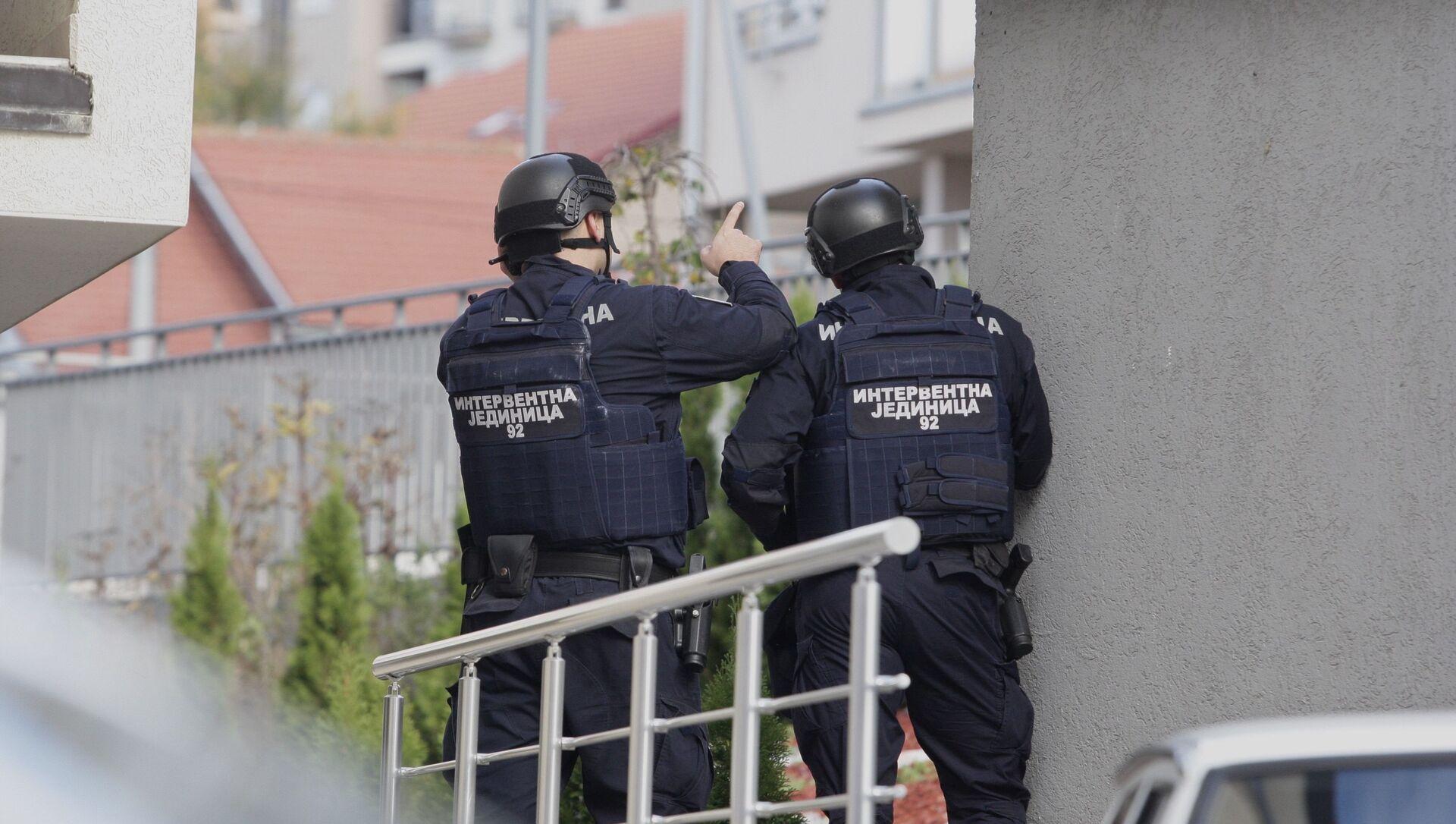 Policija u naselju Braće Jerković u Beogradu, ispred zgrade u kojoj policijski službenik preti samoubistvom - Sputnik Srbija, 1920, 04.02.2021