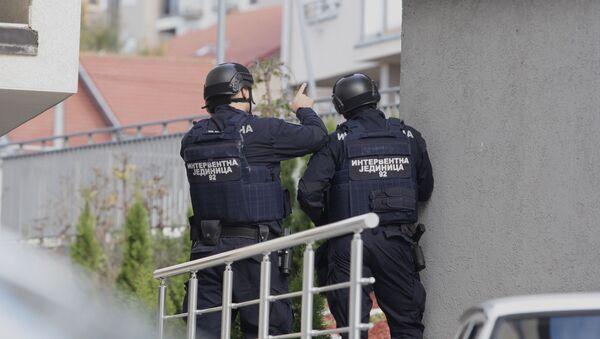 Policija u naselju Braće Jerković u Beogradu, ispred zgrade u kojoj policijski službenik preti samoubistvom - Sputnik Srbija