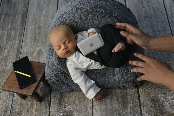 Тек се родио, а родитељи га већ виде као успешног пословног човека... - Sputnik Србија