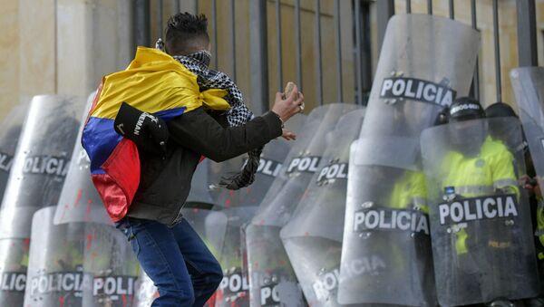 Студент напада полицију на протесту у Боготи, Колумбија. - Sputnik Србија