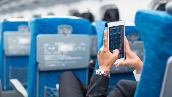 Бизнисмен користи телефон у авиону - Sputnik Србија