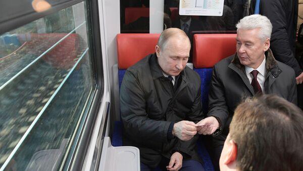 Руски председник током вожње возом Иволга - Sputnik Србија