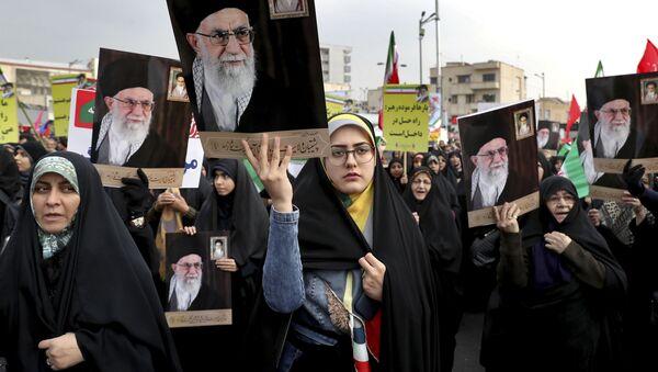 Iranke na provladinom protestu u Teheranu nose portret verskog lidera Ali Hamneija - Sputnik Srbija