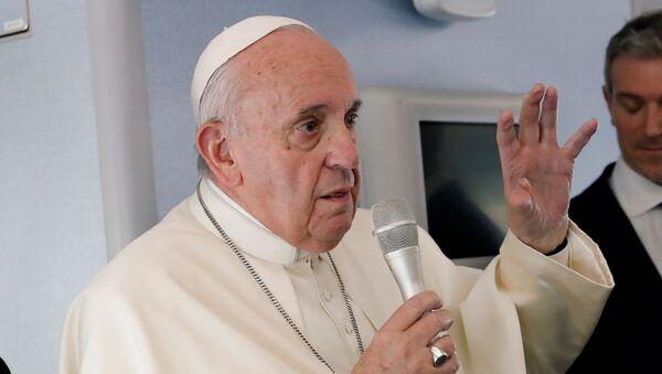 Римски папа Фрања обраћа се новинарима у авиону на повратку у Ватикан из Тајланда и Јапана - Sputnik Србија