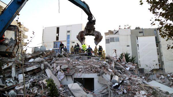 Спасиоци траже преживеле под рушевинама зграде срушене у земљотресу у албанском Драчу - Sputnik Србија