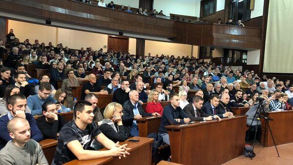 Nekoliko stotina studenata, javnih ličnosti i narodnih poslanika, prisustvovalo je tribini Položaj Srba u Crnoj Gori u najvećem amfiteatru Pravnog fakulteta. - Sputnik Srbija