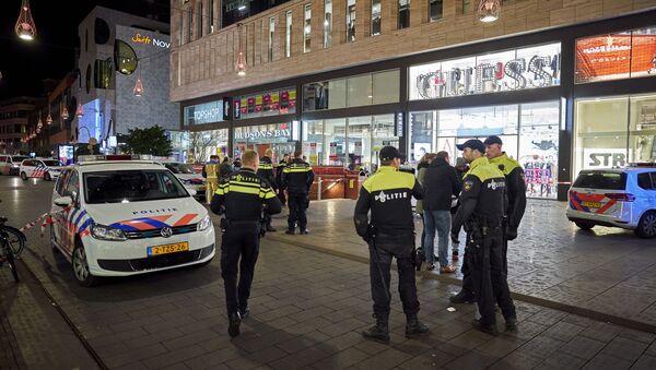 Policija ispred tržnog centra u Hagu gde se desio napad nožem. - Sputnik Srbija
