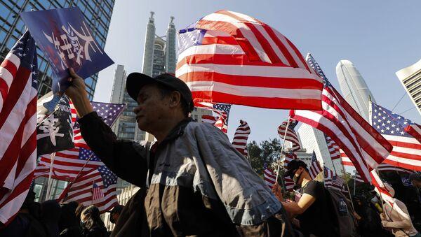 Демонстранти носе америчке заставе на протесту у Хонгконгу - Sputnik Србија