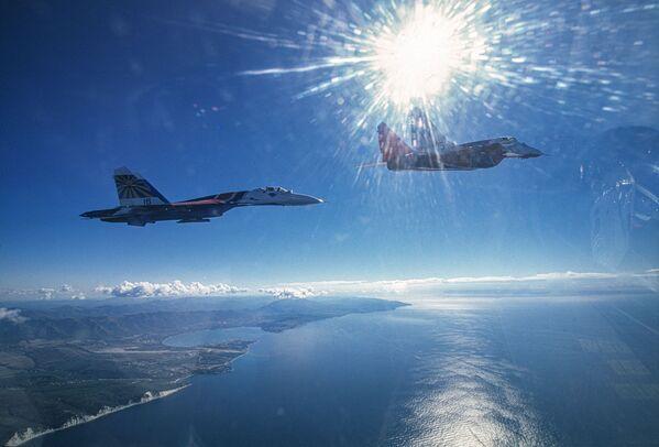 Авиони МиГ-29 и Су-27 летачких група Стрижи и Руски витезови изнад Црног мора - Sputnik Србија