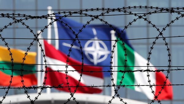 Zastave država-članica NATO-a vide se iza bodljikave žice postavljene ispred sedišta NATO-a u Briselu - Sputnik Srbija