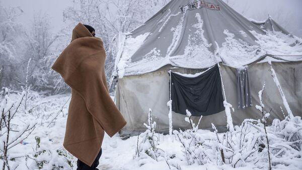 Мигрант у околини Бихаћа - Sputnik Србија