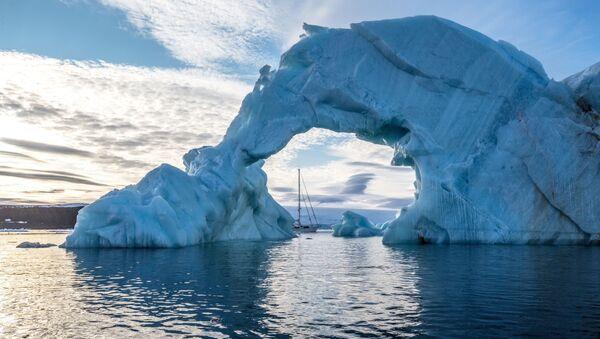 Ледени брег и јахта Алтер его поред обале једног од арктичких острва архипелага Земље Фрање Јосифа - Sputnik Србија