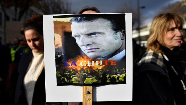 Демонстранти носе портрет Емануела Макрона са натписом Пад у Марсеју 5. децембра 2019.  - Sputnik Србија