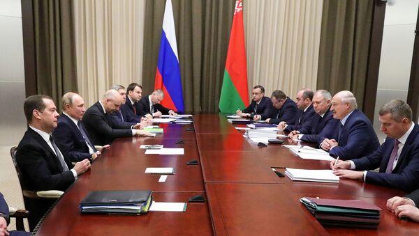 Delegacije Rusije i Belorusije predvođene predsednicima, Vladimirom Putinom i Aleksandrom Lukašenkom, na sastanku u Sočiju - Sputnik Srbija