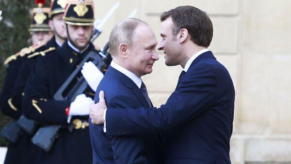 Председници Русије и Француске, Владимир Путин и Емануел Макрон пред састанак нормандијске четворке у Паризу - Sputnik Србија