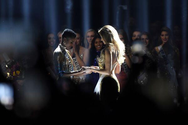 """Mis Južne Afrike Zozibini Tunzi i Mis Portorika Madison Anderson čekaju rezultate takmičenja izbora za """"Mis Univerzuma"""" 2019 u Atlanti, SAD. - Sputnik Srbija"""