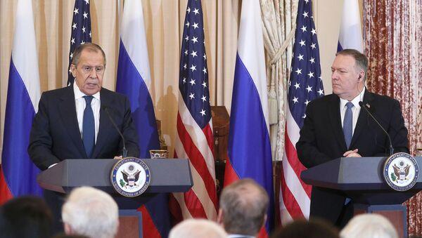 Ministar spoljnih poslova Rusije Sergej Lavrov i američki državni sekretar Majk Pompeo na zajedničkoj konferenciji za medije u Vašingtonu - Sputnik Srbija