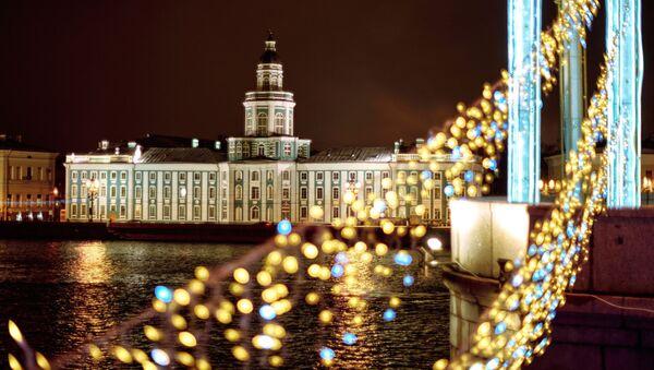 Pogled na zgradu Kunstkamere sa Palasovog mosta u Sankt Peterburgu. - Sputnik Srbija