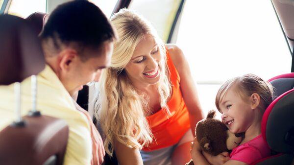 Родитељи са са дететом - Sputnik Србија