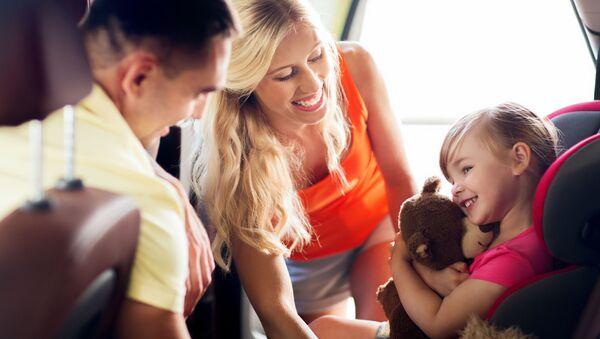 Roditelji sa sa detetom - Sputnik Srbija