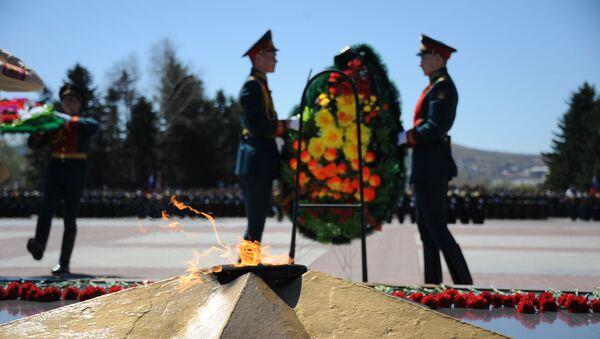 Полагање венаца код вечног пламена на споменику војне и радне славе у Чити за Дан победе - Sputnik Србија